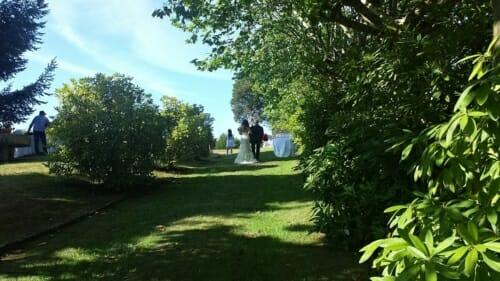 novia-entrando-en-ceremonia-jardín